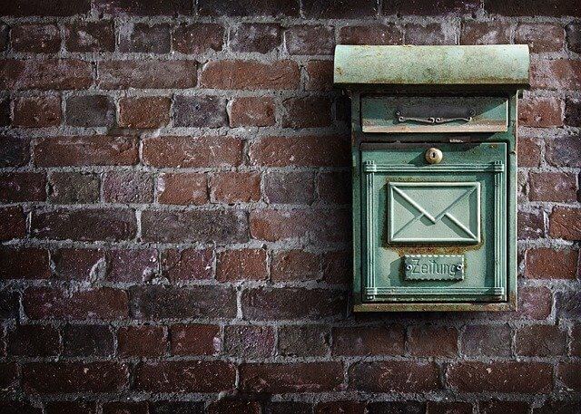 Não recebi o produto - foto de uma caixa de correios em uma parede de tijolos
