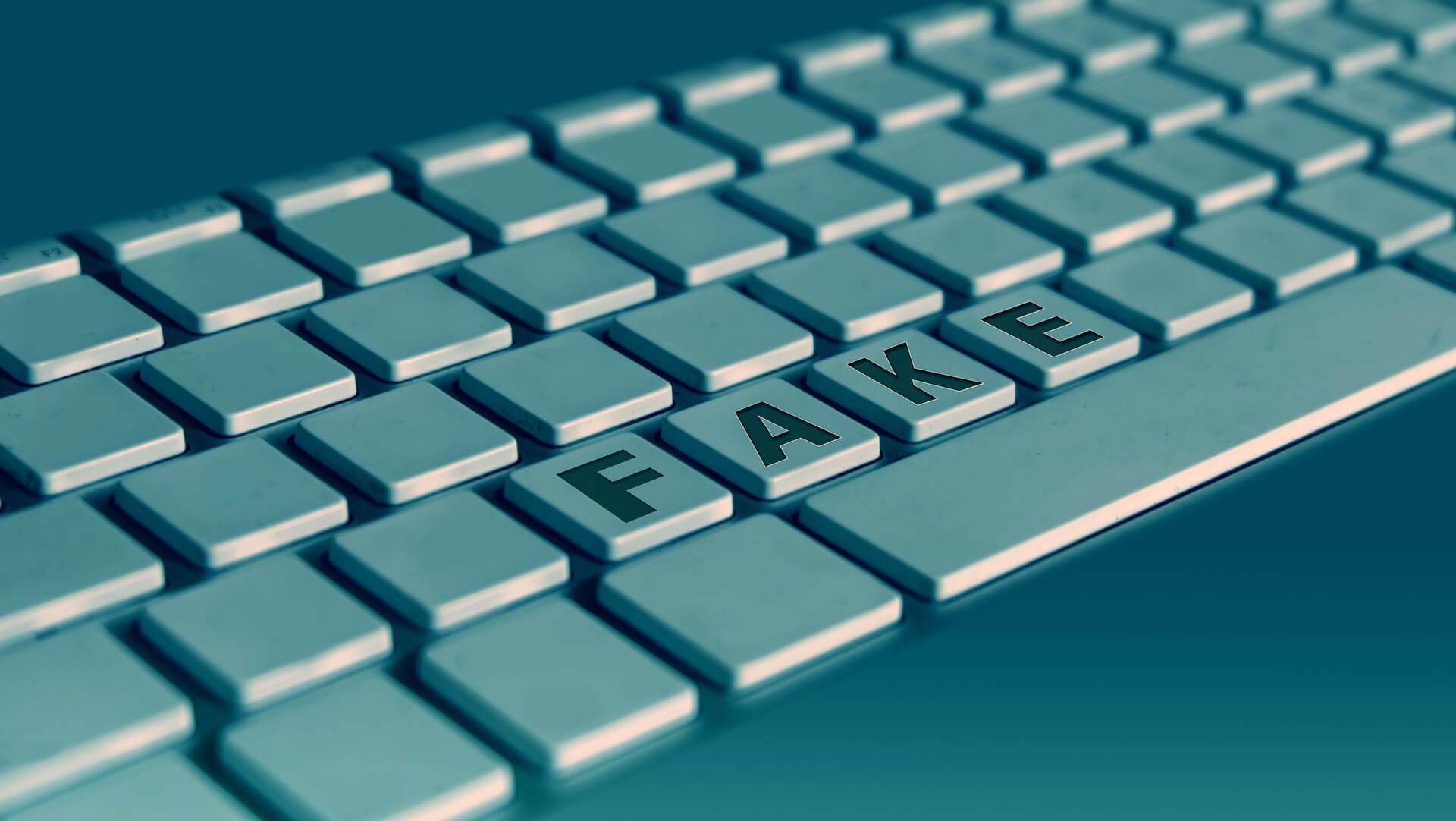 Perfil falso - arte de um teclado com a palavra fake escrita