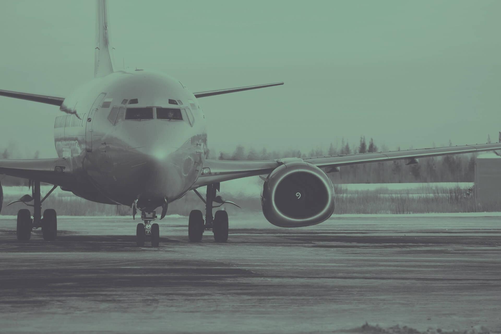 Voo - foto de um avião de frente em uma pista de um aeroporto