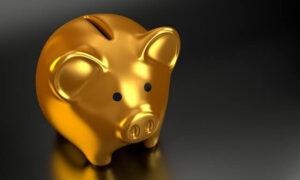 Foto deum cofrinho em forma de um porquinho dourado - Castanhari a indenizar Melhem