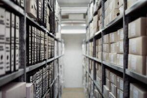 quem é o proprietário do imóvel - Foto de um arquivo com diversas prateleiras com livros e documentos