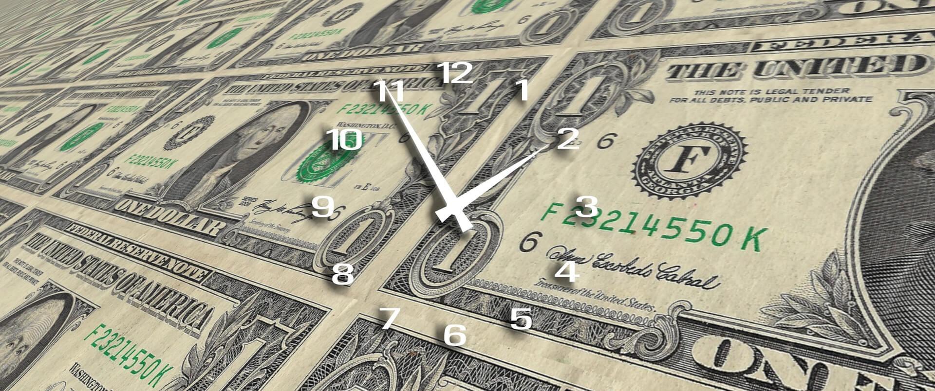 Perda de tempo - foto de fundo de notas de dólares americanos e um relógio com ponteiros por cima.