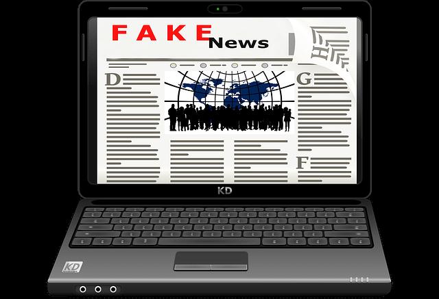 """fake news 2 - arte digital de um laptop contendo na tela uma imagem de um jornal com a machete dizendo """"fake news"""""""