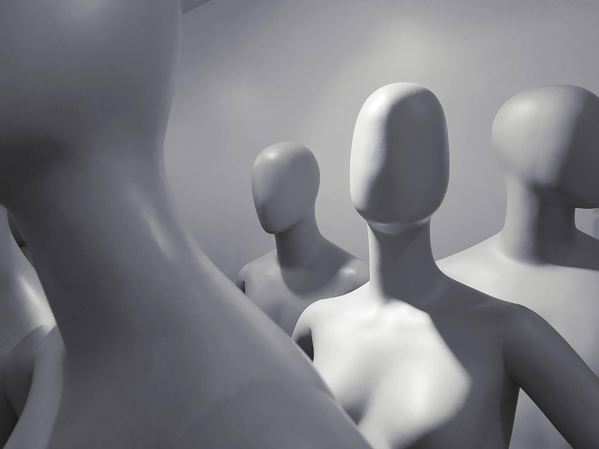 deep nude - foto de vários manequins femininos sem rosto, na cor branca com um fundo cinza claro