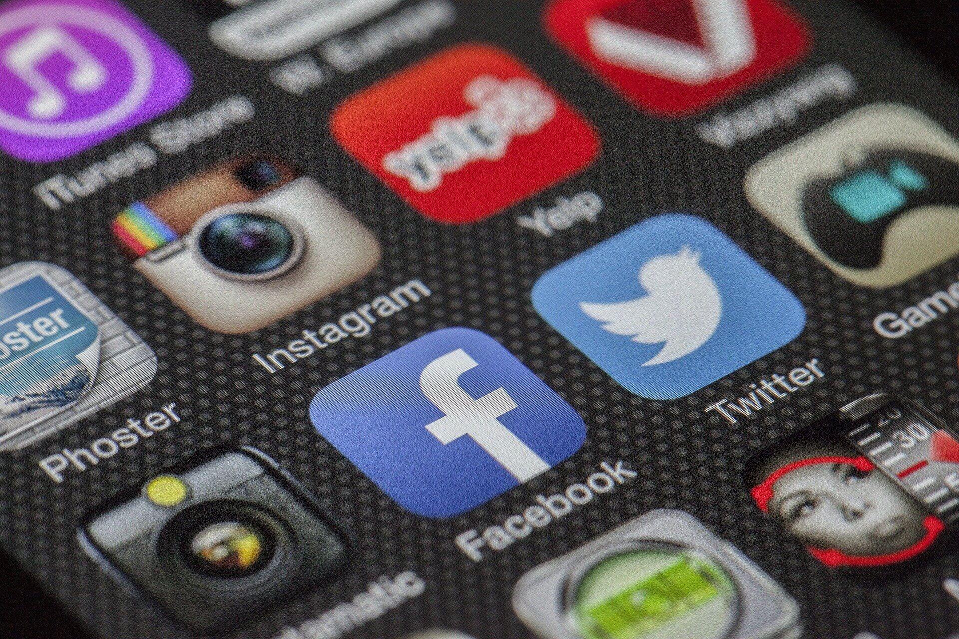 exclusão indevida de conta de rede social - foto de uma tela de celular, contendo os ícones de diversas redes sociais
