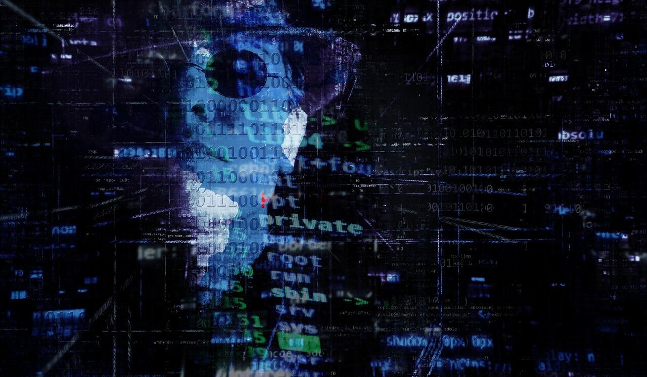 ransomware - ilustração de um homem branco de meia idade, de óculos escuros e chapeu pretos, com vários códigos de programação por cima do seu rosto